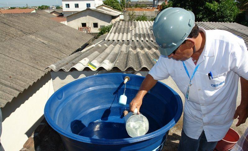 Data: 23/02/2017 - Funcionário da Cesan verifica a água da caixa. Caixa d'água deve ser sempre limpa - Editoria: Caderno Especial - Foto: - GZ