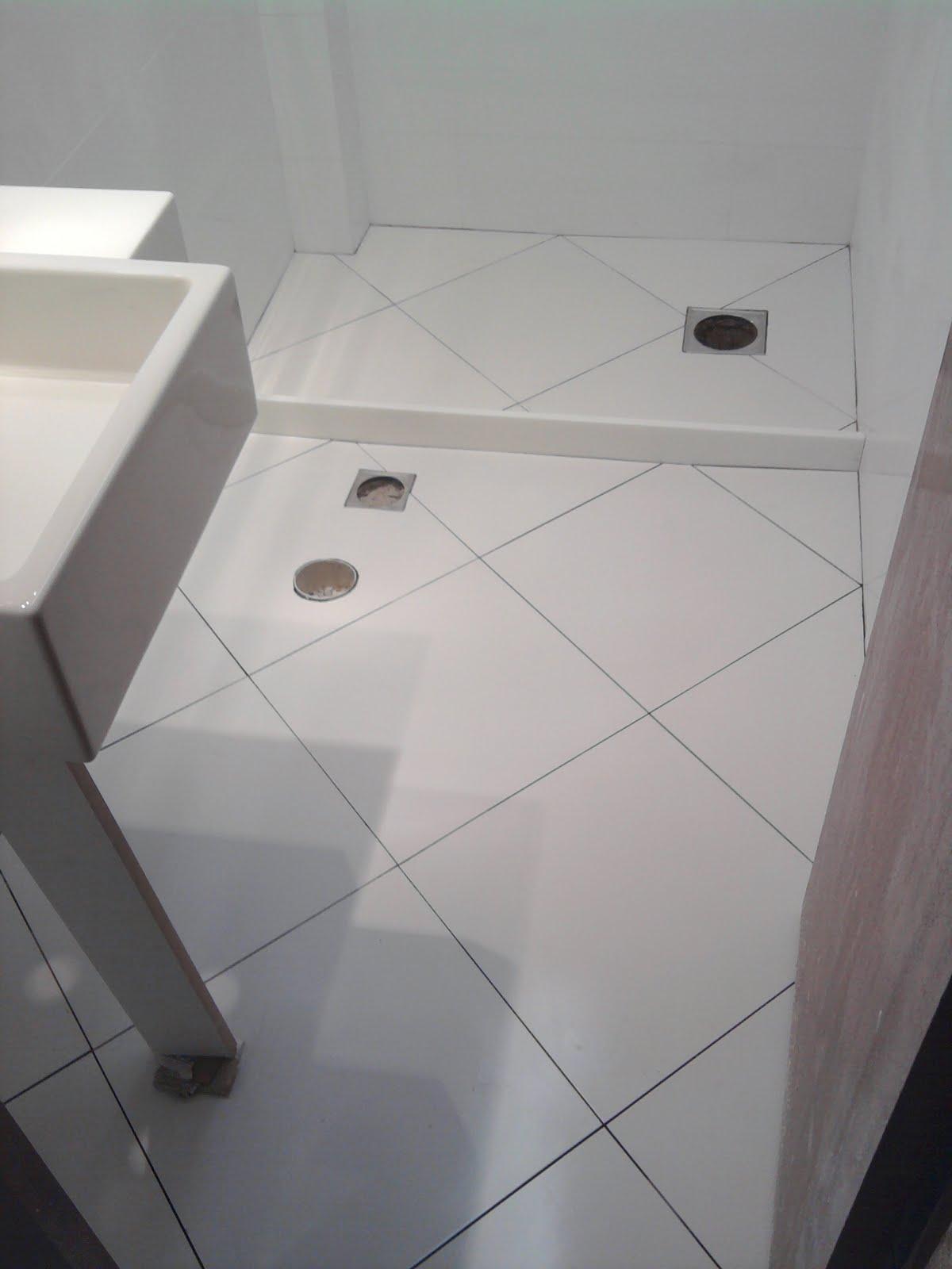 MANCHA NO PISO DO BOX DO BANHEIRO Dicas da Lucy #6C675F 1200x1600 Banheiro Com Porcelanato De Madeira No Box