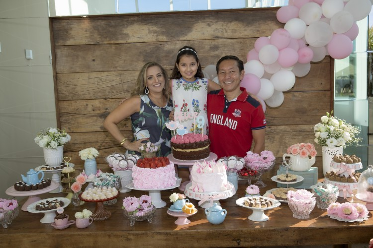 A aniversariante Alice entre seus pais Edna Jabour e Joel Mizuki: 9 anos de festa. Foto: Camilla Baptistin