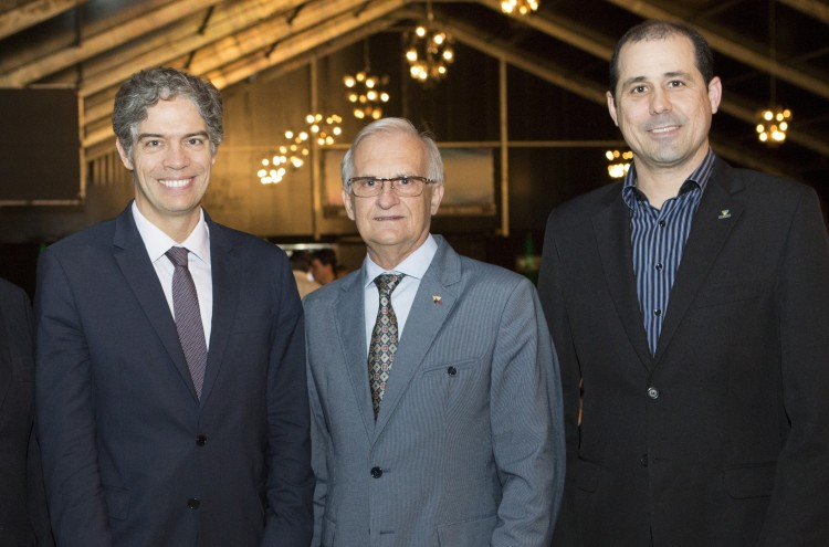 """O economista Ricardo Amorim, Arno Kerchoff e Nailson Dalla Bernardina: debatendo o tema """"Economia Mundial em Transformação"""". Foto: Joacir Azeredo"""